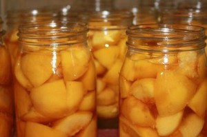 Заготовленные на зиму персики